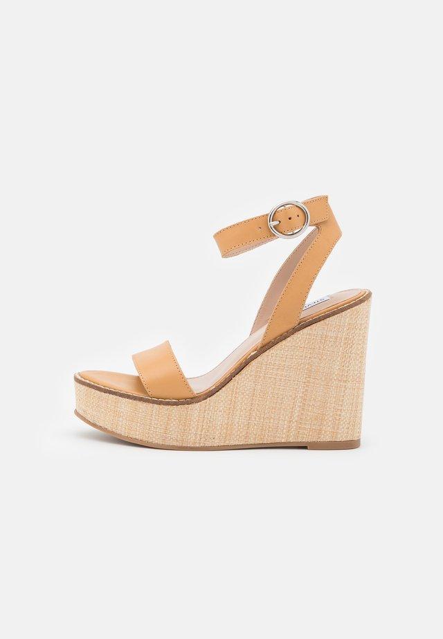 SINDEE - Sandalen met plateauzool - tan
