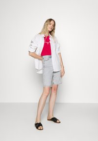 Tommy Hilfiger - CREW NECK GRAPHIC TEE - Printtipaita - ruby jewel - 1