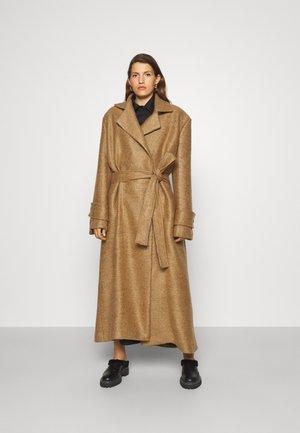 DROP WAIST TRENCH COAT - Classic coat - ochra