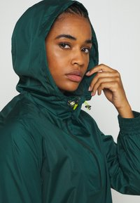 Sweaty Betty - ANORAK OVERHEAD JACKET - Regnjakke - june bug green - 3