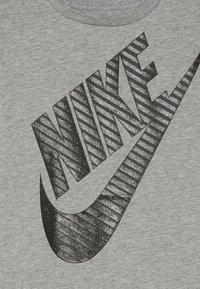 Nike Sportswear - GIRLS JUMBO FUTURA TEE - T-shirt z nadrukiem - grey heather - 3