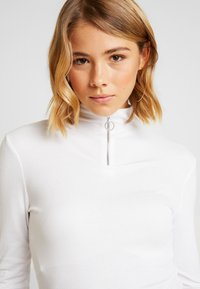 Missguided - O RING ZIP UP LONG SLEEVED - Long sleeved top - white - 4