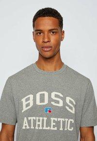 BOSS - Print T-shirt - grey - 3
