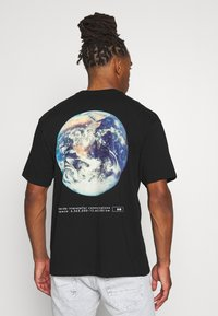 Topman - UNISEX PLANET TEE - Print T-shirt - black - 2