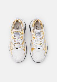 Versace Jeans Couture - Sneakersy niskie - white/gold - 4