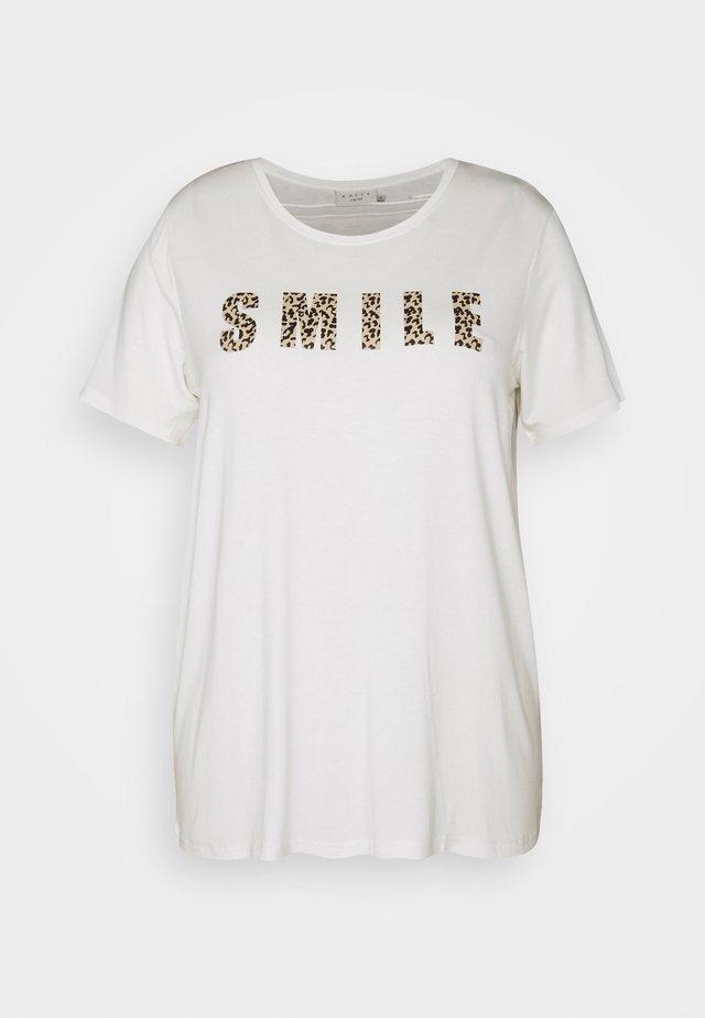 KCEMMATI - T-shirts med print - chalk