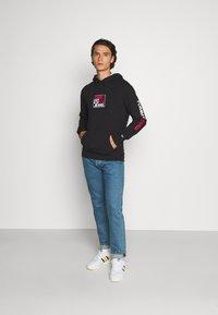 Tommy Jeans - ESSENTIAL GRAPHIC HOODIE - Sweat à capuche - black - 1