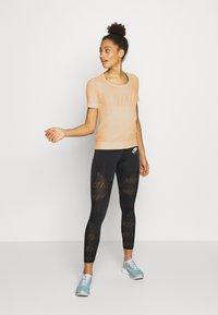 Nike Performance - W NK INFINITE TOP SS GX - T-shirts med print - topaz gold - 1