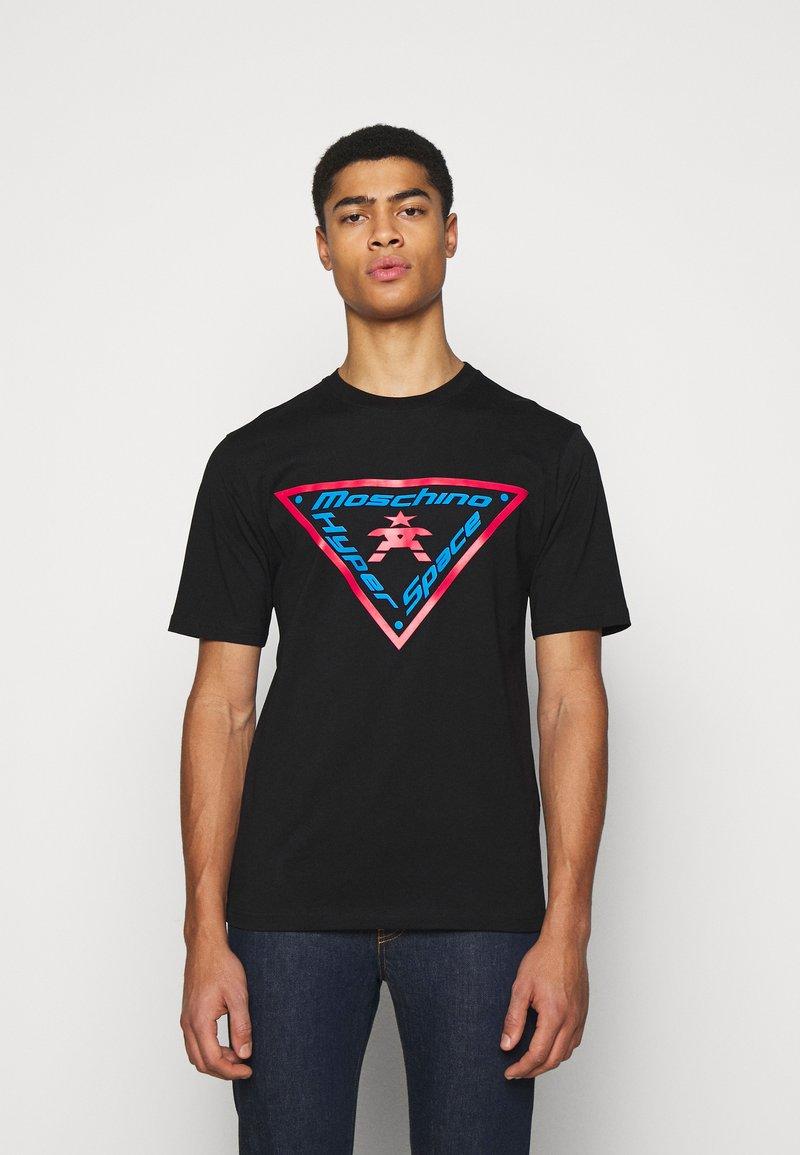 MOSCHINO - T-shirts med print - fantasy black