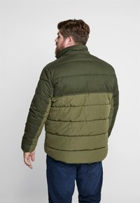 TOM TAILOR MEN PLUS - PUFFER JACKET WITH HOOD - Light jacket - olive drap - 3