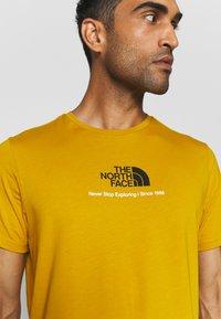 The North Face - NEW CLIMB TEE - T-shirt med print - arrowwood yellow - 3