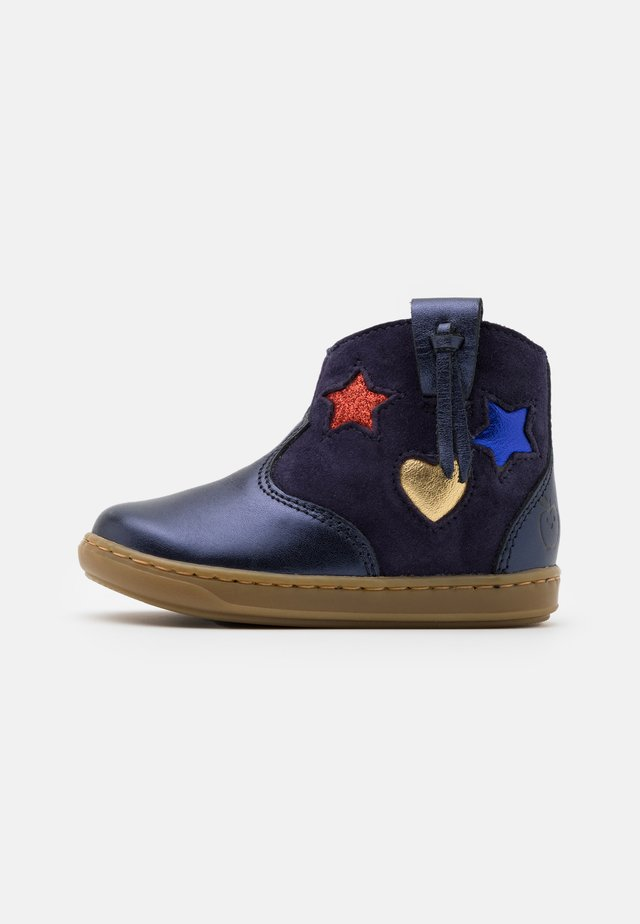 BOUBA WEST - Korte laarzen - navy/multicolors