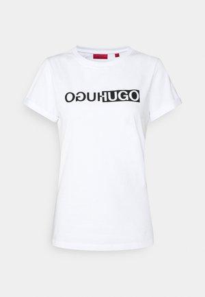 THE SLIM TEE  - T-shirt z nadrukiem - white base/black