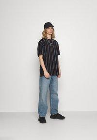Karl Kani - SMALL SIGNATURE PINSTRIPE TEE - T-shirt imprimé - black - 1