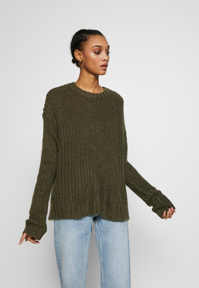 SLOUCHY CROPPED CABLE - Jumper - olive