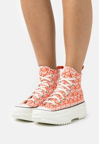 Converse - RUN STAR HIKE - Sneakers hoog - bright poppy/egret/black - 3