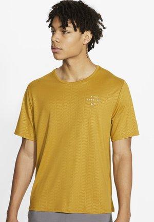 Nike Run Division - T-shirt imprimé - ochre
