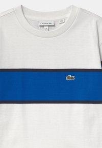 Lacoste - T-shirts print - flour/lazuli/navy blue - 2