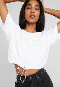 Levi's® - DRAWSTRING TEE - Print T-shirt - white - 4