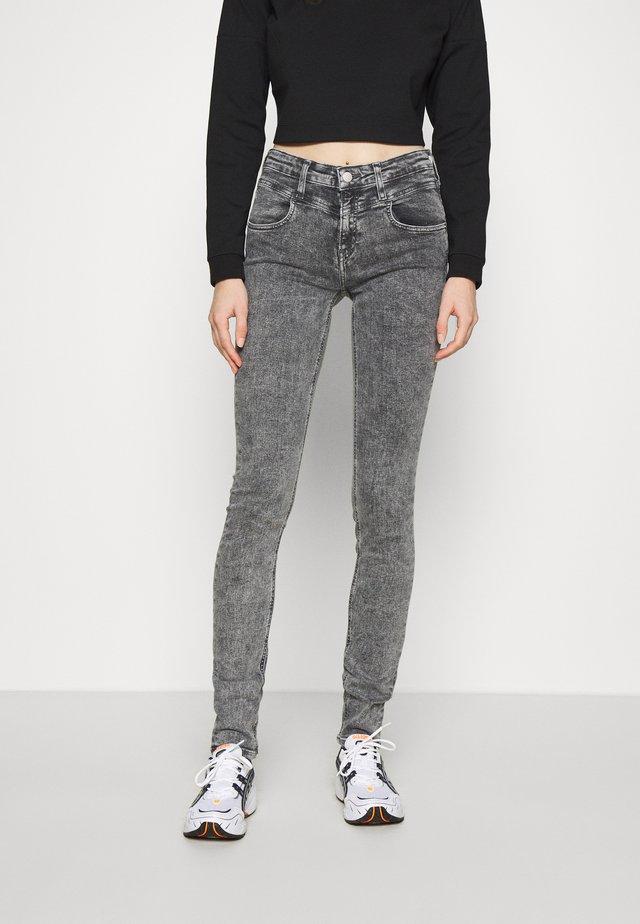 MID RISE SKINNY - Skinny džíny - grey yoke