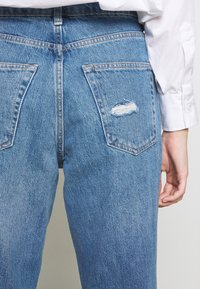 Topshop Petite - MOM RIP HEM - Jeansy Relaxed Fit - blue denim - 6