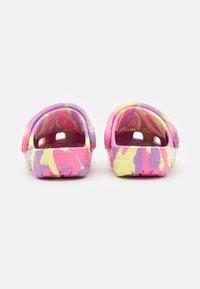 Crocs - CLASSIC MARBLED - Pantofle - pink lemonade/multicolor - 2