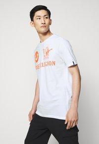 True Religion - CREW ALLOVER LOGO  - Camiseta estampada - white - 6