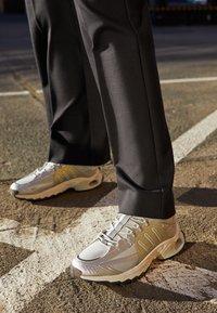 adidas Originals - THESIA  - Tenisky - grey two/silver metallic/crystal white - 2