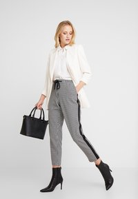 Marc O'Polo DENIM - PANTS PEPITA SHOELACE - Pantalon classique - black/white - 1