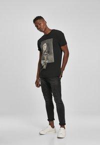 Mister Tee - MISTER TEE PRAY DOLLAR - Print T-shirt - black - 1