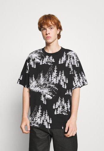 HAND DRAWN WOODLAND SCENE - T-shirt con stampa - black/white