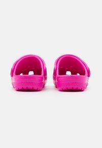 Crocs - CLASSIC  - Pool slides - electric pink - 2