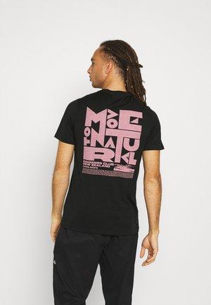 TECH LITE CREWE GROWERS CLUB - Print T-shirt - black