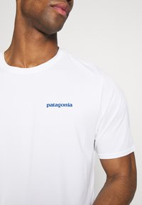 Patagonia - CAP COOL DAILY GRAPHIC - T-shirt imprimé - white - 5