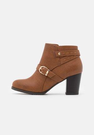 WIDE FIT WANDERSON - Boots à talons - dark tan