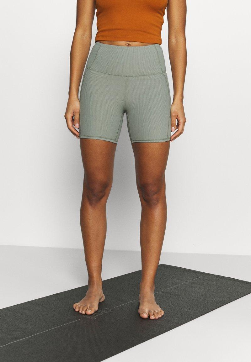 Cotton On Body - POCKET BIKE SHORT - Medias - basil green