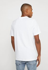 adidas Originals - ADICOLOR ESSENTIAL TEE - Camiseta estampada - white - 2