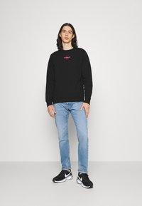 Calvin Klein Jeans - NEW ICONIC ESSENTIAL CREW NECK UNISEX - Sweatshirt - black - 1