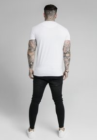 SIKSILK - PRESTIGE EMBROIDERY GYM TEE - T-shirt med print - white - 2