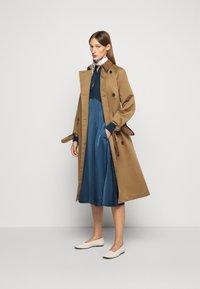 Victoria Victoria Beckham - BUTTON FRONT MIDI DRESS - Abito a camicia - blue slate - 1