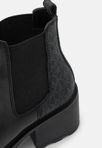 MICHAEL Michael Kors - KEISHA BOOTIE - Kotníkové boty na platformě - black - 4