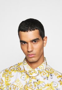 Versace Jeans Couture - PRINT LOGO NEW - Košile - bianco ottico - 4