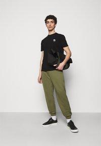 KARL LAGERFELD - CREWNECK - T-shirt con stampa - black - 1