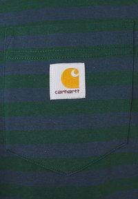 Carhartt WIP - PARKER POCKET - Print T-shirt - green/admiral - 2