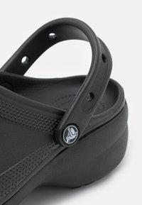 Crocs - CLASSIC PLATFORM  - Muiltjes met hak - black - 5