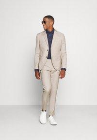 Isaac Dewhirst - THE FASHION SUIT PEAK - Suit - beige - 1