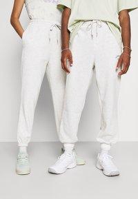Jack & Jones - JJITOBIAS PANTS UNISEX - Tracksuit bottoms - white melange - 0