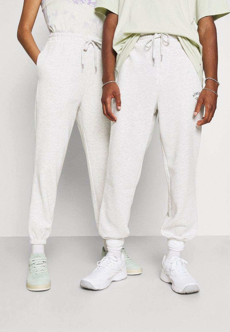 Jack & Jones - JJITOBIAS PANTS UNISEX - Tracksuit bottoms - white melange