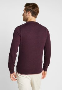 Tommy Hilfiger - TIPPED CREW NECK - Stickad tröja - red - 2