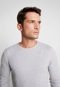 TOM TAILOR DENIM - ZIGZAG STRUCTURED CREWNECK - Svetr - lava stone grey melange - 3